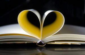 Buch, in dem Seiten zu einem Herzen gefaltet sind