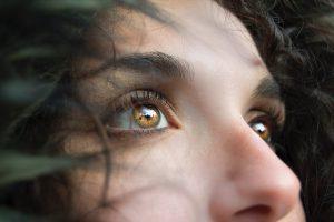 Frau blickt nach oben, Ausschnitt des Gesichts