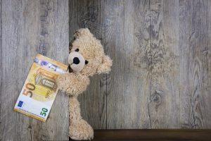 Geldschein 50 €, Teddybär lugt hervor.
