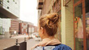 Frau läuft durch die Stadt.