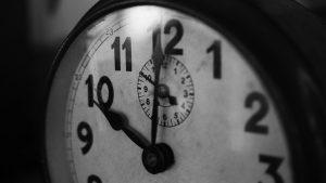 Traditionelle Uhr in Schwarzweiß.