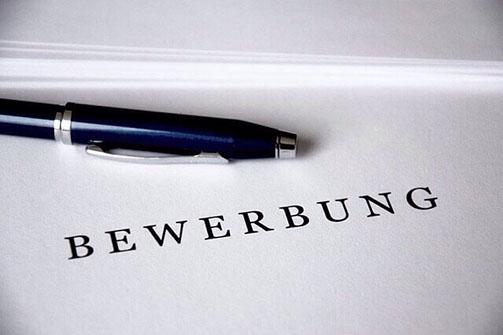 Kugelschreiber auf Blatt Papier mit Aufschrift Bewerbung