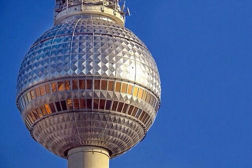 Kugelförmige Kuppel des Fernsehturms in Berlin