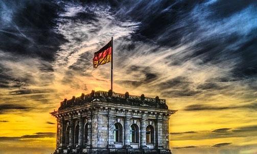 Szene in der Dämmerung, Fahne Deutschlands auf dem Reichstagsgebäude