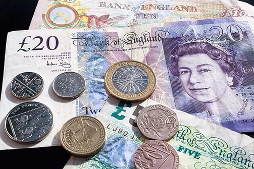 Pfundnoten und Münzen mit dem Konterfei der Queen