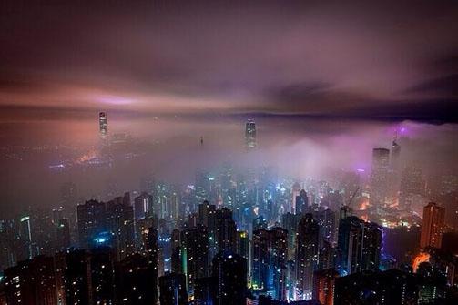 Skyline bei Nacht und Nebel