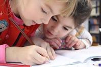 Kinder lernen gemeinsam.