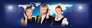 Drei Damen im Büro vor einer Weltkarte, Kontaktaufnahme