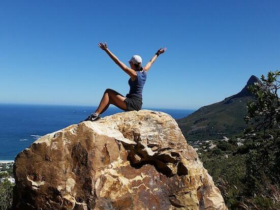 Frau auf einem Felsen sitzend, Erfolg durch Nachhilfe