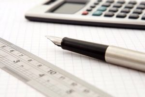 Taschenrechner, Lineal und Füller