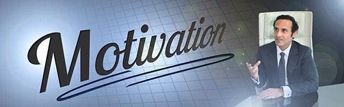 Schriftzug Motivation und Mann aus der Geschäftswelt