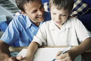 Vater freut sich über den Erfolg des Sohnes.