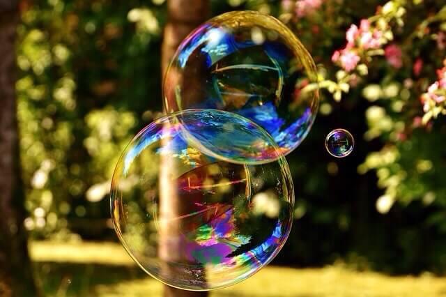 Bunte Seifenblasen vor Hintergrund in der Natur