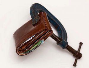 Portemonnaie, das mit Schraubzwinge zusammengehalten wird