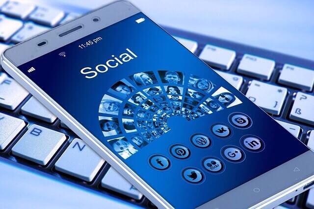 Handy mit blauem Bildschirm auf Tastatur