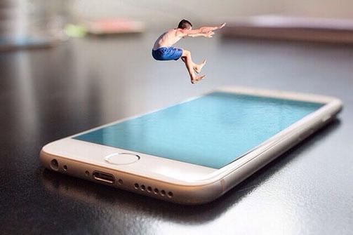 Sprung in ein Handy, Wasseroberfläche