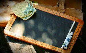 Schiefertafel mit Kreide und Tafellappen