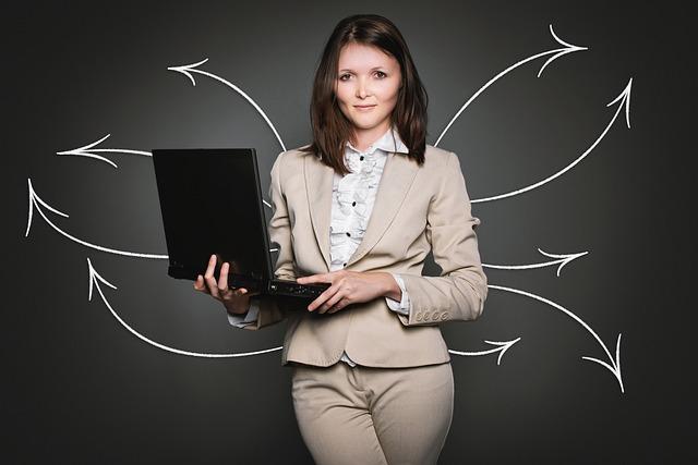 Nachhilfe Jobs Hagen - Pfeile von Geschäftsfrau ausgehend