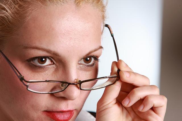 Nachhilfe geben Hagen; Frau, die ihre Brille herunterschießt.