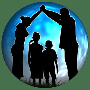 Schamtische Darstellung Familie in Schwarz, Hintergrund blaue Kugel. Eltern halten Hände über den 2 Kindern